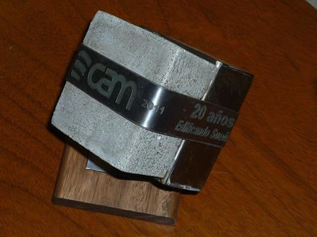 Escultura con motivo del 20 aniversario de CAM